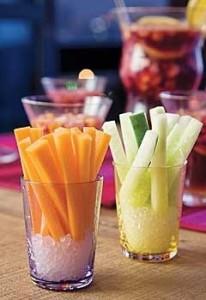 Palitinhos de cenoura, pepino em copinho com sal grosso...são gostosos e saudáveis!